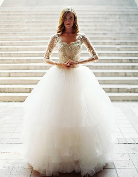 Suknia ślubna dla Panny Młodej o szerokich ramionach
