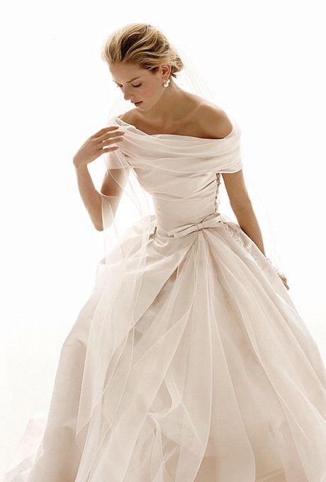 Suknia ślubna z dekoltem w łódkę dla Panny Młodej o małym biuście