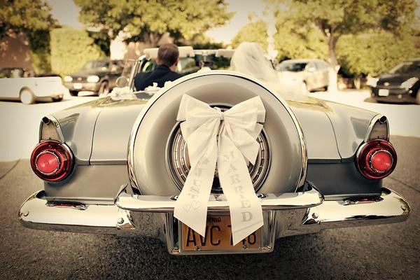 Kokarda jako dekoracja samochodu na ślub