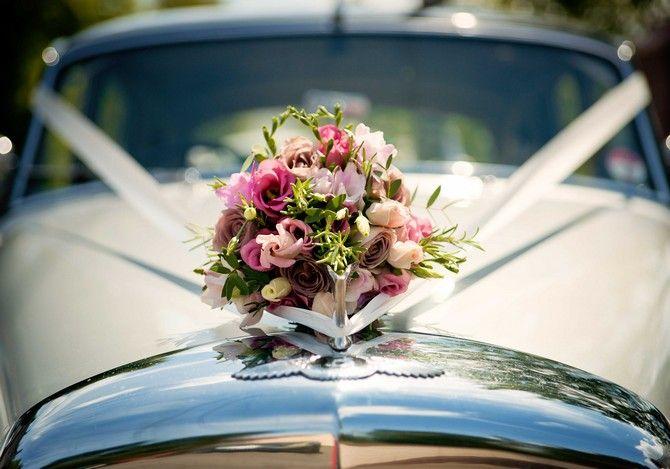 Dekoracja samochodu do ślubu kwiatami