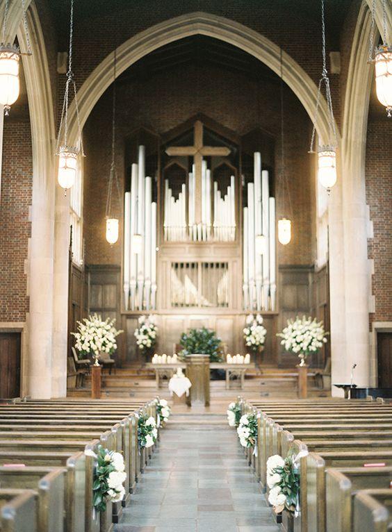 Dekoracja kościoła na ślub żywymi kwiatami