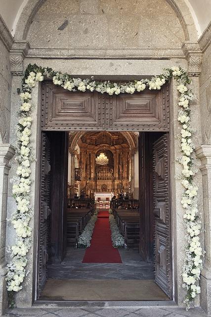 Dywan jako dekoracja kościoła na ślub
