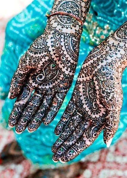 Dłonie Panny Młodej pomalowane henną - indyjski ślub